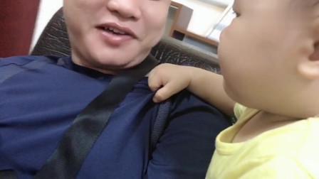 给9个月宝宝吃辣椒,宝宝的表情太萌了,爸比也太能坑娃了