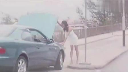 美女说车坏了,男子就上车了