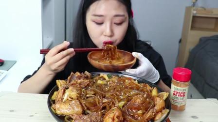 韩国吃播美女,吃鸡块宽粉,大口大口吸,看着我好过瘾