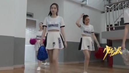 林妙妙第一次穿啦啦队队服,男同学都看呆了,尤其钱三一