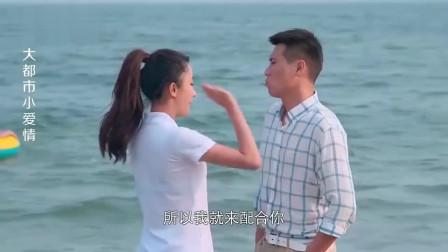 美女把男子踹进水里,不料小伙更狠,下一秒让美女全身湿透!