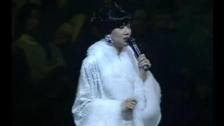 梅艳芳现场跟歌迷说不要哭,随后演唱《夕阳之歌》告别舞台