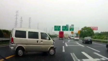 533期短版:大货车强行变道,碰撞面包车后,导致面包车失控乱撞
