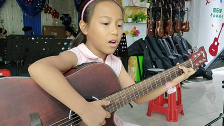 钟晓晴同学学习吉他弹唱《两只老虎》视频