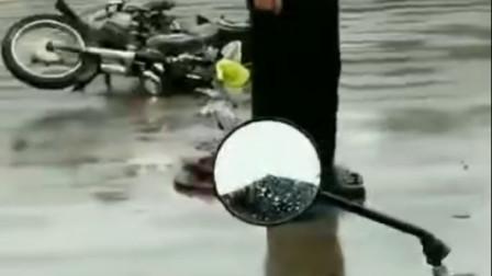 悲惨!广西北流六靖镇六中路口这里又发生一起车祸,一名老人当场......