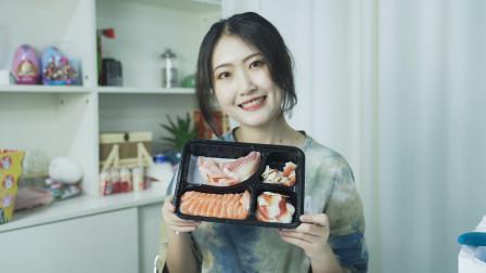 小姐姐迫不及待的打开三文鱼刺身拼盘,满满的都是惊喜呀!