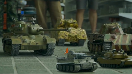 街道上的坦克大战,引来了一群小孩子围观!