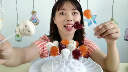 """妹子吃""""创意骷髅头棒棒糖"""",微笑表情超有趣,多彩多味好吃"""