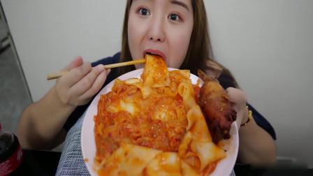 吃播小姐姐:二又今天吃酸辣白菜炒宽粉+鸡翅包饭,吃得真爽!