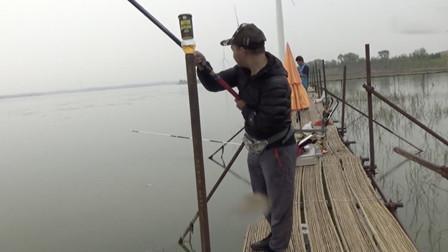 水库钓大青鱼 身边钓友看上鱼急忙过来