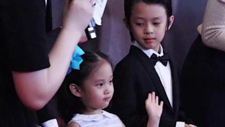 邓超带小花妹妹等等一家四口亮相红毯,儿子女儿发生了有趣神奇的一幕