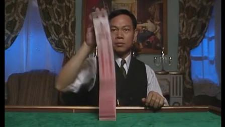 这家伙真是自不量力,竟敢挑战赌王,搞笑的是连赌王徒弟都赢不了