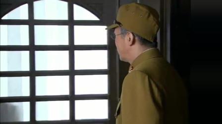 八路军乔装成日本伯爵,小鬼子敬酒洒到他,竟是提醒他千万别暴露