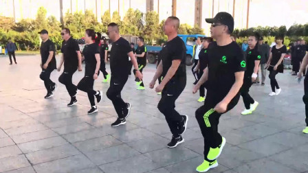 黑衣團隊廣場帶隊齊跳鬼步舞瀟灑動感又時尚看出多少步了嗎