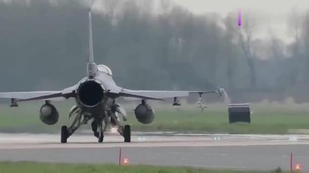 多款战斗机从机场起飞