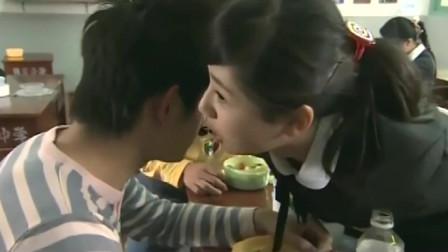 男生日记:当着小胖子的面,杨紫竟凑到桌对面与马可咬耳朵