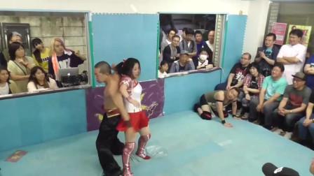 日本男女摔角:看起来美女和男子打斗明显有些吃力,男子乐了