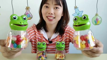 """美食拆箱,小姐姐吃""""青蛙彩虹软糖"""",造型萌趣,果味香甜味美"""