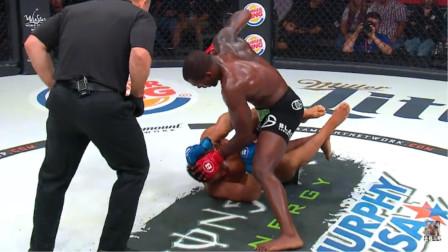 MMA格斗 地面砸击太狠了 裁判看到情况不妙 赶紧阻拦!