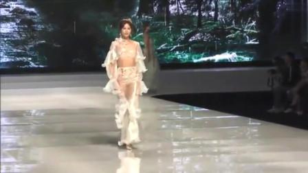 维密走秀:这也太通透了,根本不像衣服,倒像是塑料袋啊!给摄影师加鸡腿