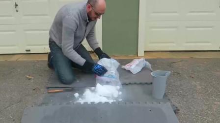 作死老外把干冰扔进岩浆中,你猜会发生什么?看完很无语!