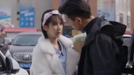 韩商言让佟年摸钥匙,不料他竟把脸贴了上去,佟年瞬间害羞了