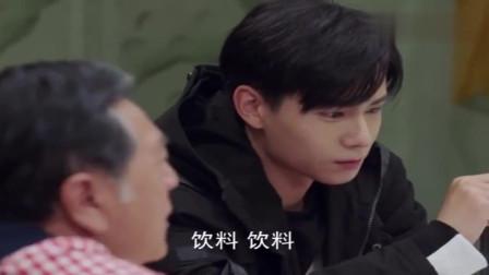 亲爱的热爱的:韩商言给佟年夹菜,倒饮料的样子真的太逗了!