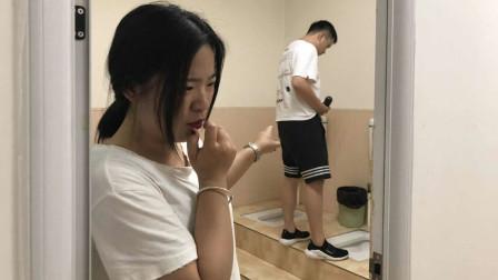 每次去厕所丈夫总拿着一根茄子,妻子纳闷,趴门缝偷看后泪崩