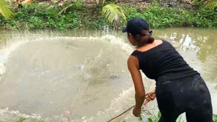 农村妹子和大哥一起出来捕鱼,一人撒一网,看看谁收获最多?