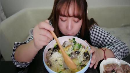 眼睛超大超美的小姐姐吃菜拌饭,她要化悲伤为食欲,讲话好逗