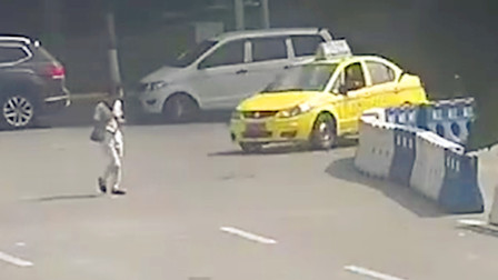 【重庆】的哥转弯时疏于观察 将横穿公路行人撞翻