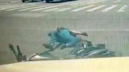 【重庆】轿车抢黄灯加速通行 将直行摩托撞翻