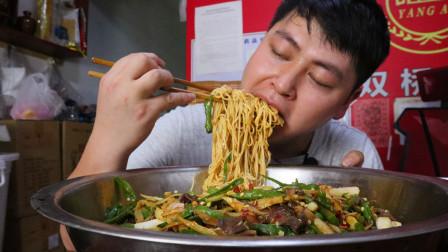 1斤鸭菌2斤面,农村小哥做一大盆鸭菌凉面,大口吃面吃得汗水流真过瘾