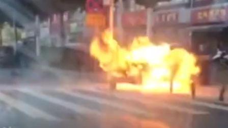 吓坏路人!湖北一路边流动餐车煤气罐突然爆燃 无人员受伤