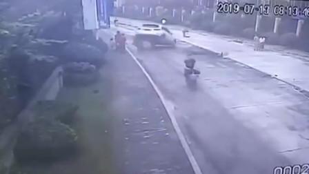 道路施工小车尾部突然翘起 小学生骑车路过被砸倒