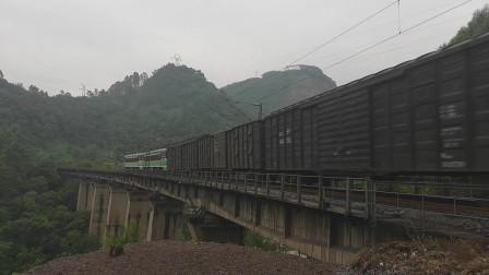 (成昆铁路)韶山3(4342+5188)型电力机车牵引货列下行方向驶向沙湾站
