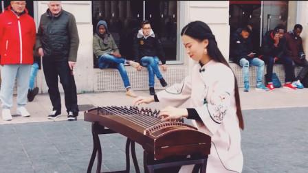 美女在外国街头演奏古筝,独特的音色太好听,让外国人听了流连忘返