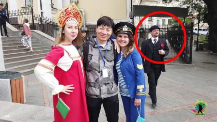 """俄罗斯海参崴,俄罗斯妹子收费合影,""""列宁""""大叔马上过来抢生意"""