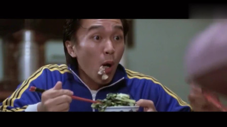 看周星驰吃饭真是太潇洒了!拿起筷子往嘴里扬饭,这是饿了多久!