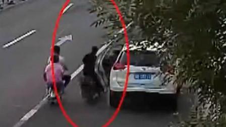 血的教训!女子路边突然打开车门 路人毫无防备被撞不幸身亡!