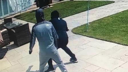 两小偷光天化日持刀入室抢劫 房主外出躲过此劫