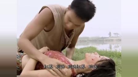 女子干完农活回家,不料失足掉进河里,被小伙救起后竟发现不对劲