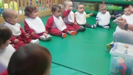 不到一岁的宝宝们也上幼儿园了,当老师拿出饼干时,宝宝们鼓掌了