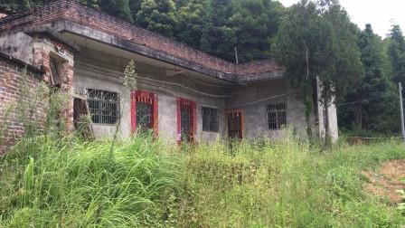 广西小伙广东打工,自家的小楼房10多年没人住,一片荒凉四周长满了草