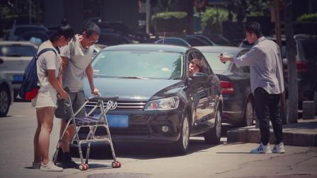 """""""你再这样我就揍你!""""当路人目睹年轻司机嫌老人过马路太慢……"""