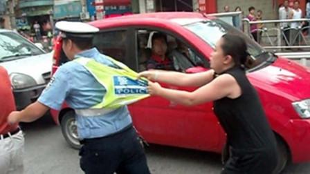 女子当交警面逆行被拦,粗暴撒泼殴打交警踩警车,2秒后五六名交警教她做人!