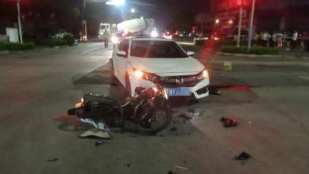 痛心!23岁男子驾摩托闯红灯高速撞小车 飞过车顶坠地身亡