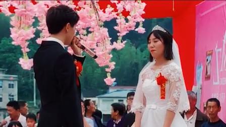 新郎在婚礼上为新娘唱歌,以为是个王者结果尴尬,网友:新郎有胆量