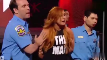 WWE:美女的手被手銬拷著還能打起來?這是有多大的仇恨啊?真是太狠了