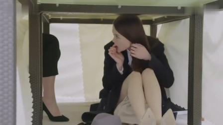 美女躲在餐桌下偷听,不小心碰到女人的腿,下一秒笑喷了